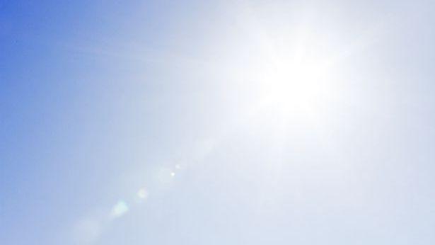 El sol brilla brillantemente