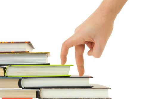 Mano y libro escaleras aisladas sobre fondo blanco