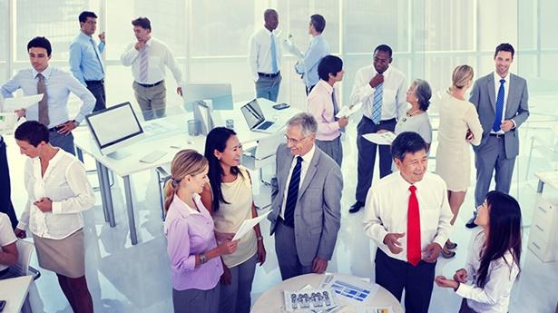 Le persone si riuniscono per trovare un lavoro