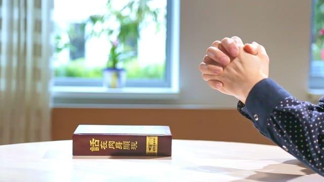La parola appare nella carne sul tavolo con una mano per pregare Dio