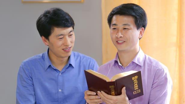 Due cristiani stanno riflettendo le parole di Dio