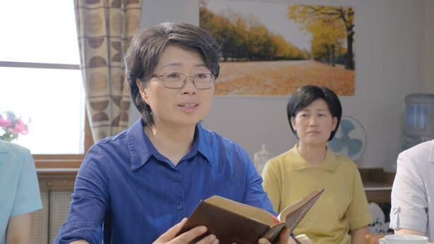 Una cristiana sta comunicando le parole di Dio