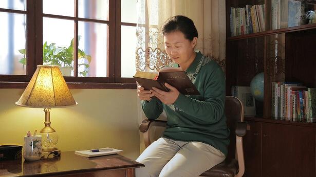 una cristiana sta leggendo la parola di Dio