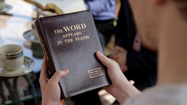 una cristiana legge la parola di Dio Onnipotente
