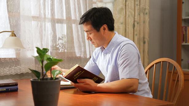 un cristiano legge la parola di Dio