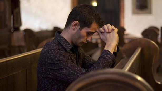 un cristiano sta pregando