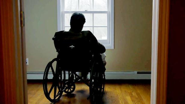坐在轮椅上悲叹余生