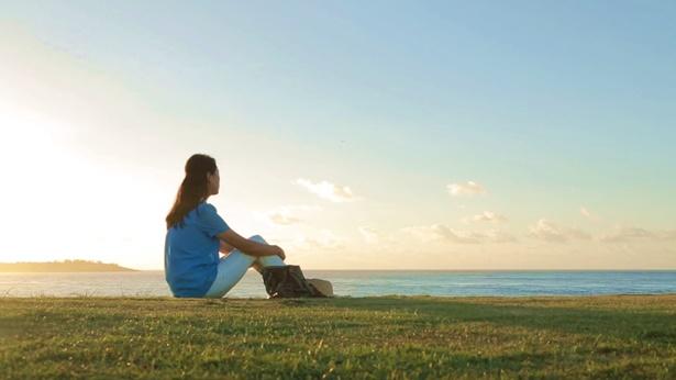 姊妹坐在海邊很感嘆