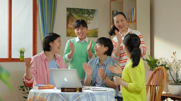 5个姊妹开心的在唱歌