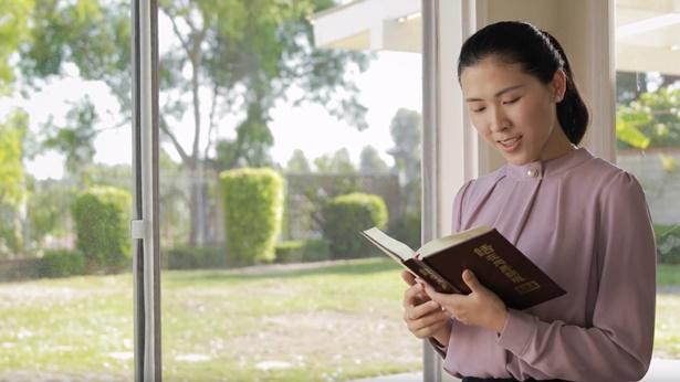 姊妹在窗口读神话