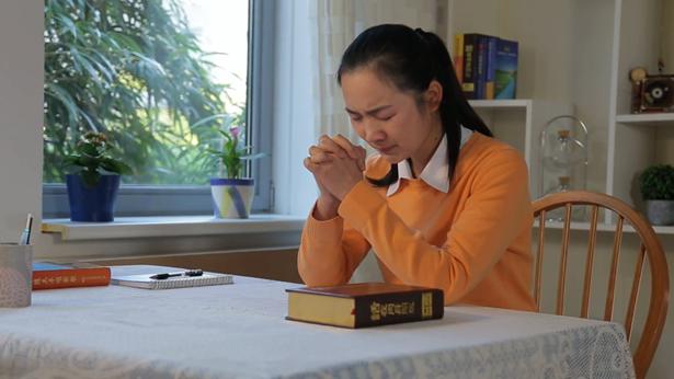姊妹哭着在祷告
