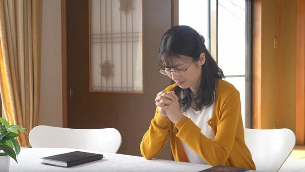姊妹在灵修祷告