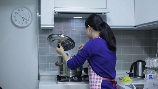 姊妹在做飯