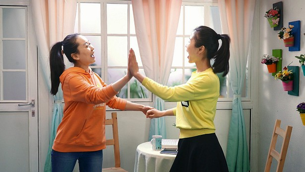 两个姊妹在跳舞