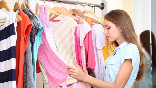 一个女孩正在挑选衣服