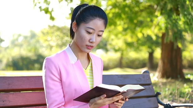 姊妹在戶外看書