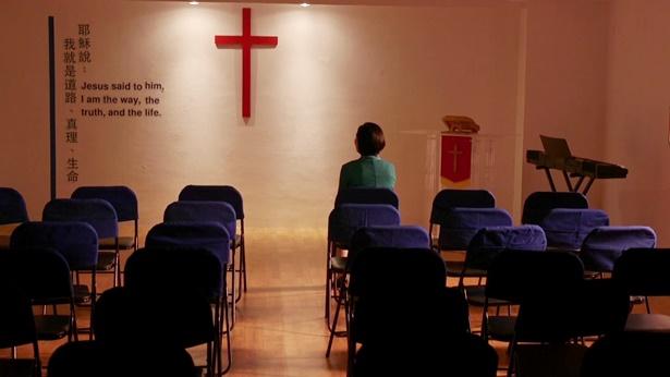 一个姊妹坐在教堂反思
