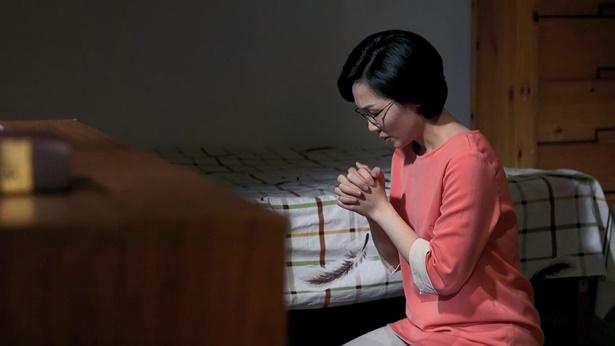 姊妹跪在床前祷告