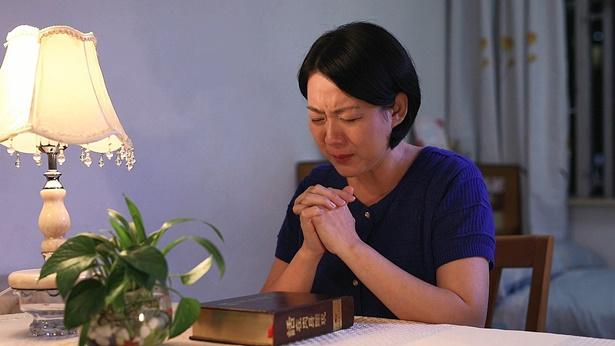 姊妹流淚禱告