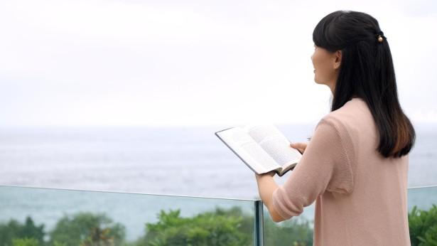 姊妹在戶外看書很開心