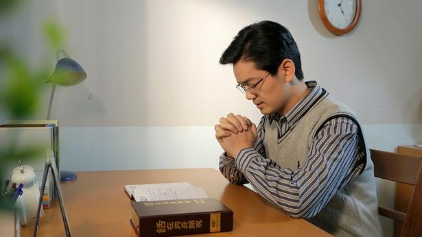 一个弟兄在桌前向神祷告