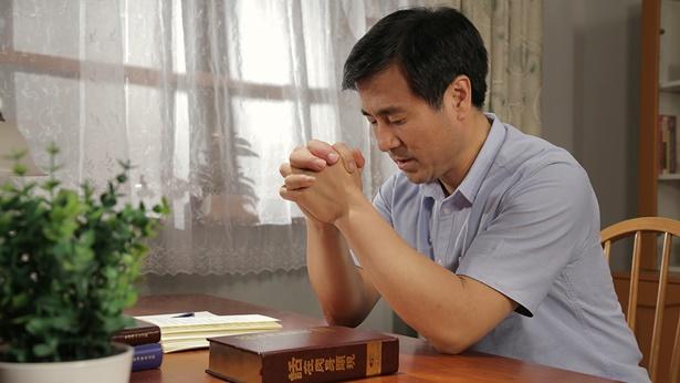 基督徒在桌前祷告