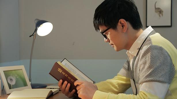 一个弟兄正在看神话书籍