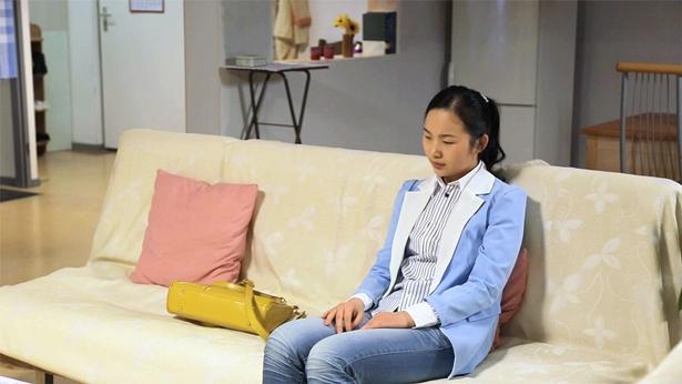 一个女士坐在沙发上忧愁,生活的烦恼