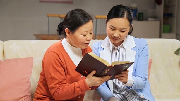 两个姊妹在一起读神话语