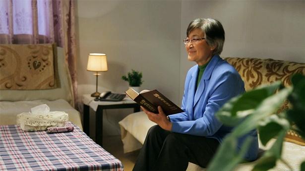 老年基督徒正在揣摩神话语