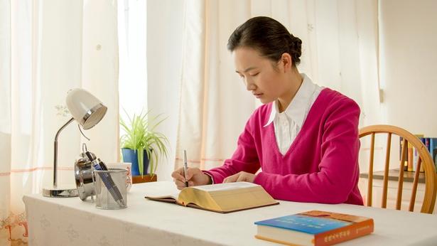 一个姊妹在桌子上写文章
