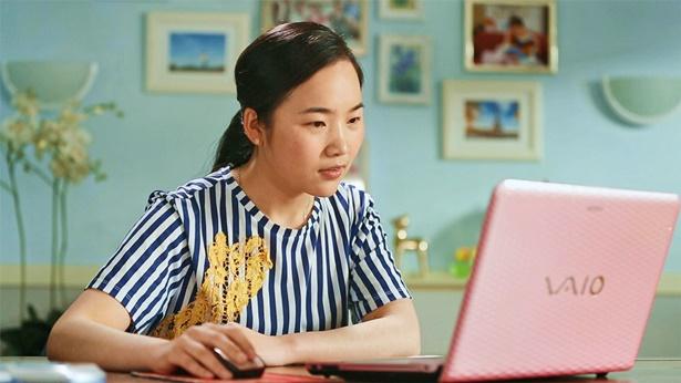 一个女孩看着电脑思考