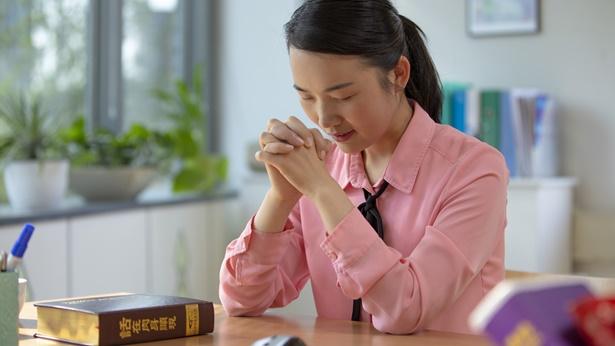 一名基督徒向主祷告