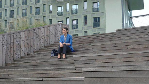 坐在樓梯上默想