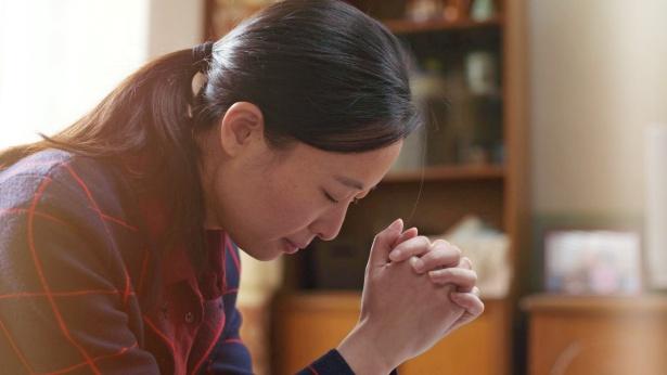 一個姊妹在禱告