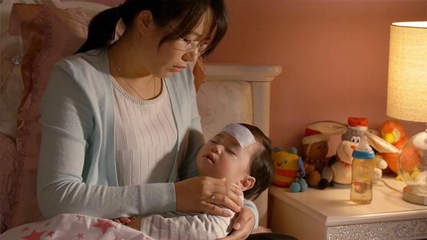 姊妹抱着生病的孩子很心疼