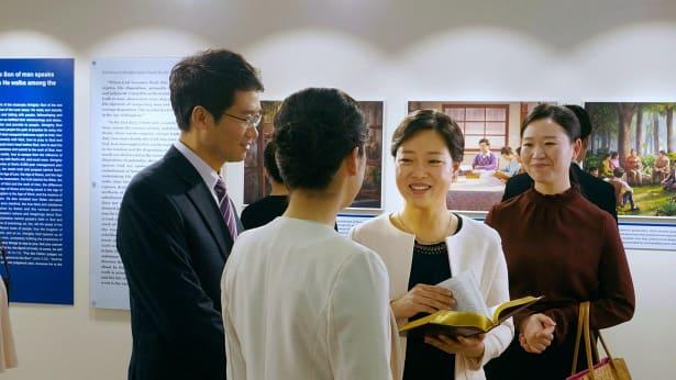 考察的新人参观全能神教会画展