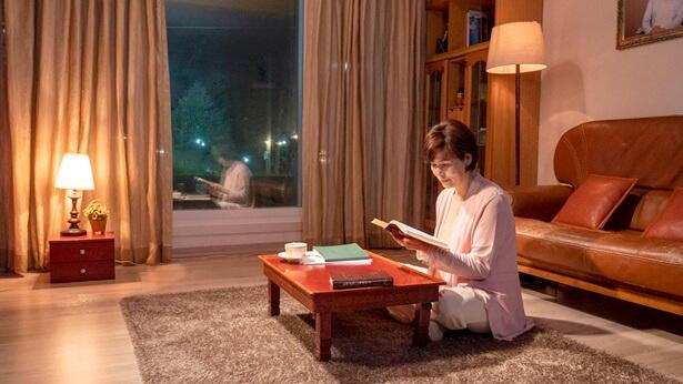 一个姊妹坐着看书