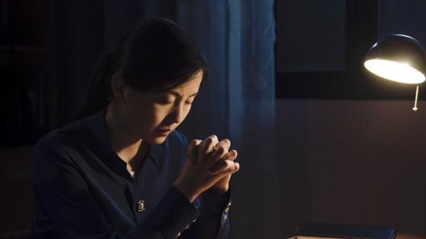 姊妹在台灯下祷告