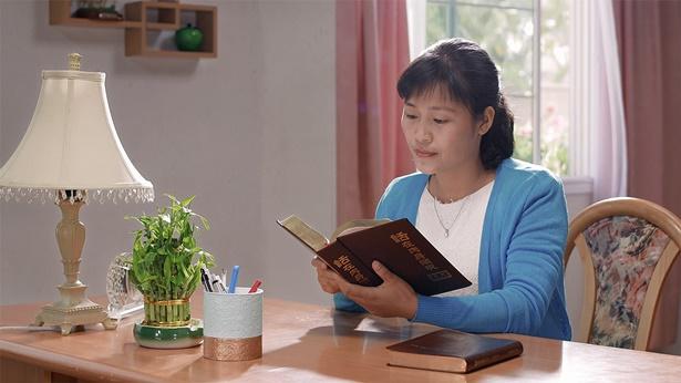 姊妹在桌前看神话书籍