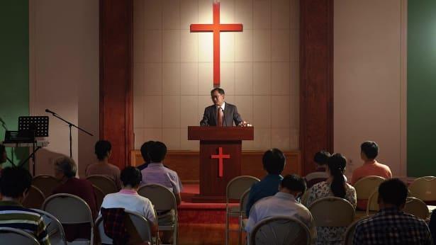 牧师在台上讲道