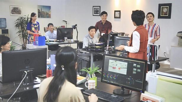 办公室里很多人