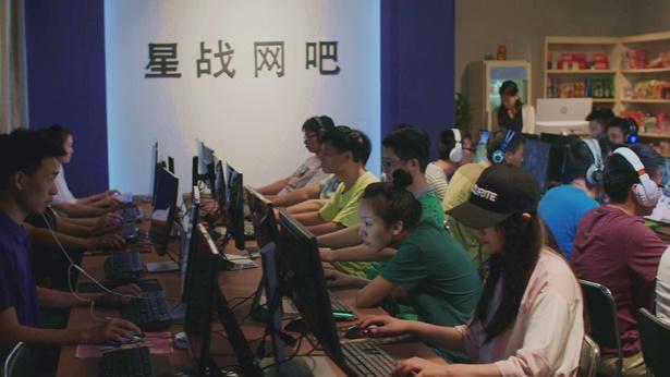 很多學生在網吧玩遊戲