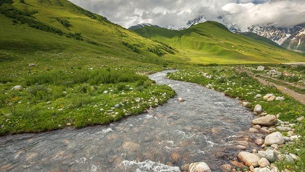 山脚下的小溪