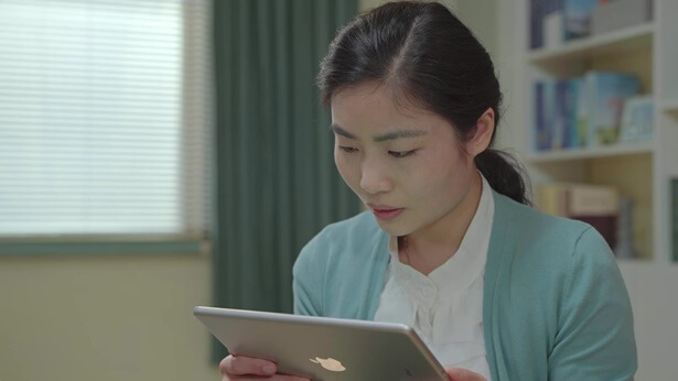 姊妹在看平板电脑