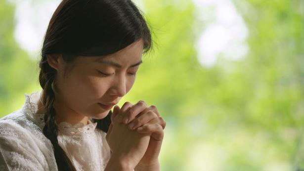 姊妹在禱告