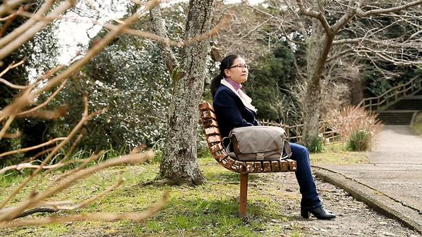 姊妹独自坐在长椅上