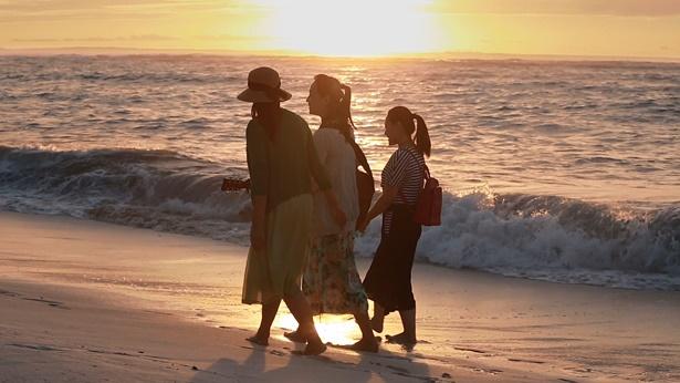 3个姊妹漫步海滩