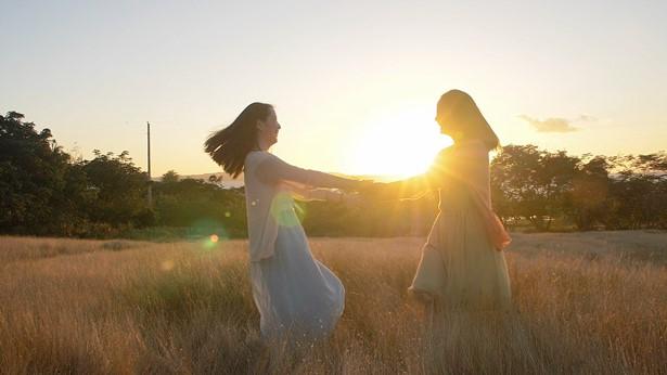 两个女孩很开心