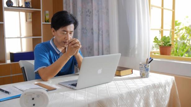 弟兄在电脑前祷告